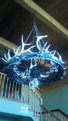 Guns, antlers, and horse shoes :) Chandelier in my new house. Equestrian Decor, Western Decor, Country Decor, Country Living, Horseshoe Crafts, Horseshoe Art, Horseshoe Ideas, Farm Projects, Projects To Try
