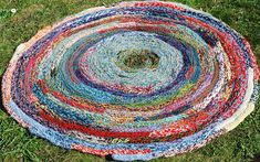 You only need yarn, this is made with your hands, without any use of needles or hooks. Easy to make and it uses a lot of your scrap yarn of all kinds and lengths. You decide the size. Knitting Designs, Knitting Patterns, Chrochet, Rug Making, Floor Rugs, Ravelry, Scrap, Weaving, Flooring