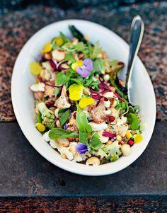 Vegesalaatti on yltäkylläisyyden ylistys: paahdettua kukkakaalia, kvinoaa, kikherneitä, macadamiapähkinöitä ja luomuversoja. Päälle vielä...