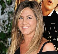 Jennifer Aniston, pardon Mrs. Theroux,posierte relaxt auf der Premiere ihres neuen Films.