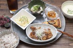 《 名古屋 》コンクリートに味わいのある木枠の窓やディスプレイされたグリーンが素敵な「食堂カフェ タケモク」。 とてもお洒落な空間で、美味しく人気のランチがいただけます。  充実したランチメニューは、体に優しくおいしくいただけて◎。 いろいろなおかずが少しずつ食べられるうれしいTakemokuごはんや、和風サラダごはんやタコライスなどのボウルランチも人気です。+300円で美味しいデザートも付けられます。