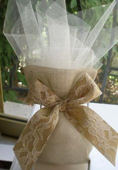 Μπομπονιέρα γάμου πουγκί γάζα στο χώμα της άμμου με κορδέλα δαντέλα