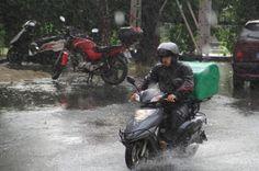 #hava #yagis #havadurumu Meteoroloji hafta sonu için uyardı. Antalya ve Muğla için kuvvetli yağış ve yer yer çok kuvvetli yağış uyarısında bulundu. Antalya çevresi ve Güney Ege kıyılarında bu gece 03.00'ten sonra başlayacak yağışlara karşı tedbir alınması gerektiğini ifade etti.