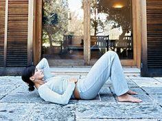 Soft-Crunch  Trainiert die geraden Bauchmuskeln: In Rückenlage Beine aufstellen, Füße flach auf den Boden. Eine Hand auf den Bauch, andere im Nacken. Tief einatmen. Beim Ausatmen Kopf und Schultern anheben, Bauchmuskeln anspannen, Kinn Richtung Brustbein ziehen. 10 Sek. halten, gleichmäßig weite- ratmen. Langsam absenken. Wichtig: Kopf nur so weit anhe- ben, dass der Bauch flach bleibt. Wölbt er sich, zurückgehen.