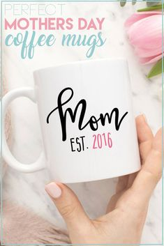 mom day If your mom starts each day with a cup or two (or three) of coffee, then a mug is the perfect gift for Mothers Day. Diy Mother's Day Crafts, Mother's Day Diy, Diy Gifts For Mom, Mothers Day Crafts For Kids, Dad Gifts, Mother's Day Projects, Vinyl Projects, Craft Projects, Ideas Hogar