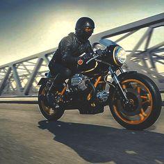 Quarter Helmet | Tinted Goggles | Full Leathers | Riding Boots | Bikini Fairing | Moto Guzzi JPS Cafe Racer Moto Guzzi | Le Mans | John Player Special | Kaffeemaschine