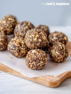 Amazing, simple protein balls are super easy to make - all you need is 5 ingredients, 5 minutes and a food processor! They are vegan, full of protein and other super nutritious ingredients.