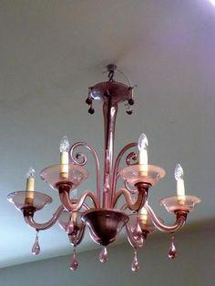 LUSTRE à six bras de lumières en verre de couleur mauve de style