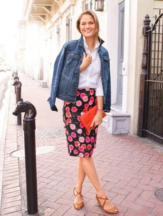Floral skirts + basic color blouse + Jean jacket = semi casual date night outfit Satin Pencil Skirt, Pencil Skirt Work, Pencil Skirt Casual, Floral Pencil Skirt, Denim Pencil Skirt, Pencil Skirts, Pencil Dresses, Denim Skirt, Floral Skirts