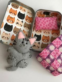 3 Felt Kitten, Sits inside an altoid Tin. Outside tin is covered in black with gold dots, inside is white with kitten faces. Handmade pink and purple quilt x 2 along with a pink pillow Handle is made of leather and permanently attached. Cat Crafts, Sewing Crafts, Sewing Projects, Crafts For Kids, Festa Moana Baby, Chat Crochet, Purple Quilts, Tin Art, Felt Cat