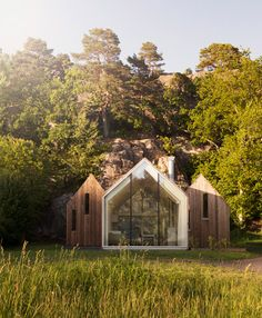 Glass-fronted cabins form Norwegian holiday home for three generations of the same family. barefootstyling.com