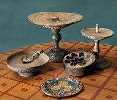 Motiv:     Folkkonst. Smörställ, fat, sked och ostform av målat, snidat och svarvat trä. Nordiska museets föremål.