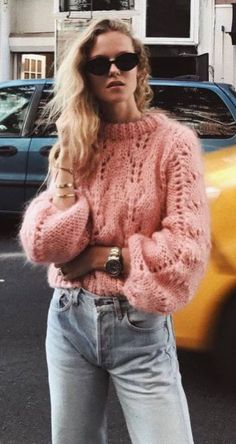 - Sweater Fashion - 30 Trendy & Perfectly Fall Outfits To Copy Now Knit And Denim Pink Sweater Plus Jeans. Pink Sweater Outfit, Mom Jeans Outfit, Winter Sweater Outfits, Sweater Fashion, Rosa Jeans, Quoi Porter, Trendy Fall Outfits, Mein Style, Sweaters And Jeans