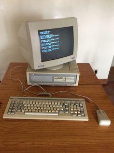Premier compatible PC , l'Amstrad PC 1512 était vendu autour de 10 000 F (env 1500 Euros), à une époque où le tarif standard avoisinait les 20 000 F (env 3000 Euros). Office With Computers, Old Computers, Art Inspo, 3d Printing, Blues, Electronics, Retro, Film, Vintage