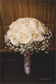 Buquê de noiva romântico. Rosas brancas e gypsophilas (mosquitinhos)