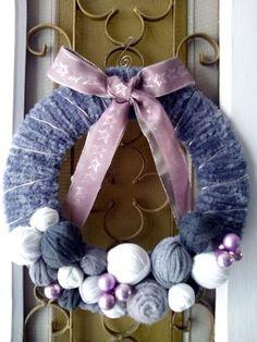 DIY. Navidad. Con un Trozo de carton, algo de lana, unas bolas y cinta para decorar.