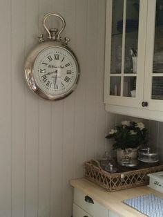 Råtøff veggklokke med kraftig hank. Denne klokken dukker opp i alle de populære interiørbloggene og er en skikkelig bestselger! Høyde 55cm Diameter 37cm Kommer p&a