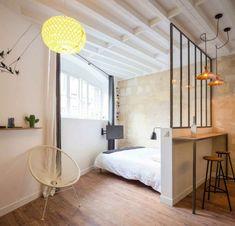 dormitorios de matrimonio, interesante idea de hbitacion moderna con mucha iluminación, barra con dos sillas y techo de vigas de madera