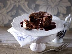 Unser beliebtes Rezept für Fondant au Chocolat: Schokoküchlein mit flüssigem Kern und Brombeer-Cassis-Soße und mehr als 55.000 weitere kostenlose Rezepte auf LECKER.de.