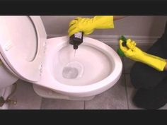 14 Clever Deep Cleaning Tips & Tricks Every Clean Freak Needs To Know Deep Cleaning Tips, House Cleaning Tips, Diy Cleaning Products, Spring Cleaning, Cleaning Hacks, Hacks Diy, Toilet Cleaning, Bathroom Cleaning, Kitchen Cleaning