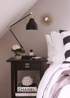 Fat för små ting på nattduksbordet… Interior Styling, Nightstand, Table, Furniture, Fat, Home Decor, Decorations, Interior Decorating, Decoration Home