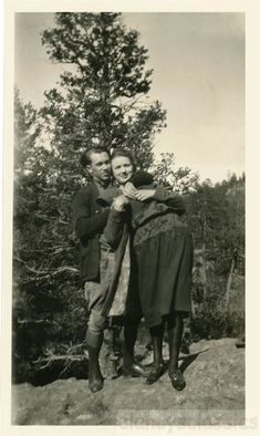 Country Wedding Discover vintage photo 1920 Young Couple Affectionate Grip on Her snapshot 13 D Vintage Vibes, Vintage Love, Vintage Beauty, Bonnie And Clyde Pictures, Vintage Photographs, Vintage Photos, Bonnie Clyde, Retro Images, Adam And Eve
