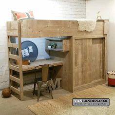 Steigerhouten hoogslaper Edwin is ideaal voor kleine kamers. Zo is er onder dit bed een kledingkast (met schuifdeur), bureau en een wandkastje.