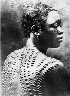 6-Um homem africano com tatuagens feitas com cicatrizes, uma pratica milenar de diversas tribos que serve para indicar classe social ou coragem, mostrando os melhores guerreiros.