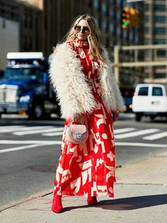 How to wear brights like a fashion expert? Just follow these easy formulas from the street style stars we know and love.