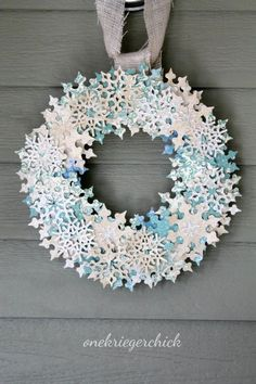 Holiday wreaths can be a pretty daunting task to tackle, so we've found 12 modern Christmas wreaths that are easy to make with understandable instructions. Diy Christmas Snowflakes, Snowflake Wreath, Paper Snowflakes, Noel Christmas, Diy Wreath, Modern Christmas, Wreath Ideas, Christmas Decor, Wreath Making