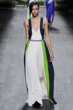 La robe tricolore du défilé Vionnet Spring 2014 à Paris, dessinée par le styliste britannique d'origine chypriote turque Hussein Chalayan, pour sa 1ère collection demi couture.