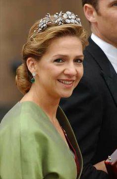 Diadema floral realizada en platino y diamantes, fue un regalo de Franco a Doña Sofía.  Consta de cinco flores en diferentes tamaños, que van  unidas por sus tallos, y puede convertirse en gargantilla o broche.    La infanta Cristina la lució en su boda