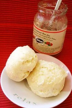 世界一簡単なスコーン(オーストラリア) 驚きの材料で、すごく簡単にふわふわスコーンが出来ます。 オージー版と日本版で載せてみました。 お試しあれ! HinodeCafe 材料 (8個分) ■ ■Australia版 Self-Raising Flour 400cc Lemonade 100cc Thickened cream 120cc ■ ■日本版 小麦粉 2カップ(400cc) ベーキングパウダー 小さじ3 サイダーorスプライト 100cc 生クリーム 100cc(*'0812/23改定しました) ■ *生クリームは試験的にこっちで売られている100mlに対し40g fatの脂肪分約44%のを使用してみました 作り方 1 オーブンを180度に余熱。 粉(とベーキングパウダー)をボウルに入れて、フォークなどでざっとだまをくずす。 2 1のボウルにLemonade(スプライト)とクリームを入れて、テーブルナイフでざっと混ぜる。 3 2の生地を手で一まとまりにしてなじませたら、8分割して、粉を振った手で丸めて形成。 4 ペーパーを敷いた鉄板に並べて13分程度焼く。…