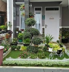 73 Minimalist Home Terrace Ideas with Minimalist Plant Garden. If your house is beneath the surface of the ground, you're going to be guarded by the dirt above you. Small Front Yard Landscaping, Small Patio, Backyard Landscaping, Landscaping Ideas, Minimalist Garden, Minimalist Home, Indoor Garden, Home And Garden, Office Plants