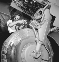 Of 116,000 workers employed by the Canadian aeronautical industry during the Second World War, 30,000 were women. So most of them did jobs usually entrusted to men. Ronny Jaques, photograph, Downsview (Ontario), September 1944