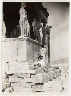 Ο φωτογράφος Adolf de Meyer & η σύζυγος του ποζάρουν στην Ακρόπολη το μακρινό 1890