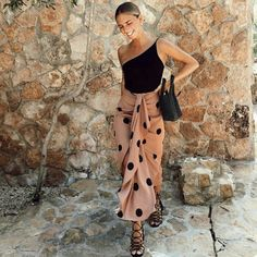 Wine tasting outfit what to wear to wine tasting outfit ideas for wine tasting in the spring winetastingoutfit Simple Outfits, Summer Outfits, Night Outfits, Wine Tasting Outfit, Black Women Fashion, Womens Fashion, Fashion Fashion, Korean Fashion, Fashion Tips