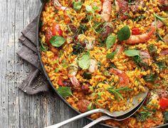 Sie ist die Spezialität Südspaniens: die Paella. Wir lieben das vielfältige Reisgericht, für das es viele Möglichkeiten der Zubereitung gibt. Heute kommen die Hauptakteure - Hähnchenfleisch, Wurst und Garnelen - vom Grill. http://www.fuersie.de/grillen/artikel/grillrezept-paella-mit-haehnchen-wurst-und-garnelen