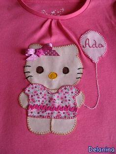 Camiseta patchwork niña. Hello Kitty  realizada con aplicaciones en tela tipo patchwork y nombre bordado a mano.