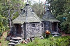 Interesting prop facts about the Harry Potter movies Harry Potter Diy, Harry Potter Movies, Harry Potter World, Hagrids Hut, Modern Tiny House, Harry Potter Aesthetic, Fairy Houses, Architecture Details, Star Wars
