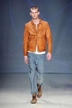 El naranja llamativo se extiende hasta en colecciones de verano. Contrasta excelente con color negro y jean
