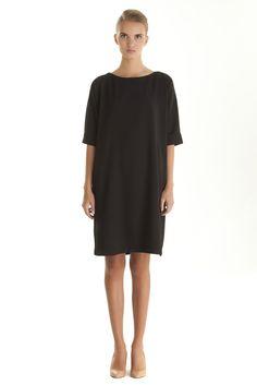 Прямое маленькое черное платье
