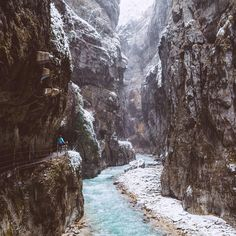 Partnachklamm George, forms a source of adventure and point of departure for numerous hikes in the surrounding area both in summer and… Monuments, Destination Voyage, Germany Travel, Holiday Destinations, Vacation Spots, Trekking, Traveling By Yourself, Beautiful Places, Images