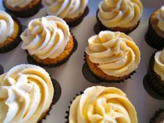 cupcakes de frambuesa con buttercream de xoco blanco,ñ
