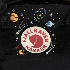 Tähtikirkas Kanken- # Kanken # Tähdet-Amelie C. Cute Embroidery, Embroidery Patches, Embroidery Patterns, Mochila Kanken, T-shirt Broderie, Diy Clothes, Sewing Clothes, Stitch, Knitting