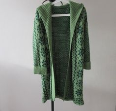 Beautiful long green hooded patterned cardigan in very good condition - approx size 12 - Acrylic Length: 88 cm 45 cm Any Questions Please Ask :) Hooded Cardigan, Long Cardigan, Vintage Sweaters, Jumpers, Hoods, Cardigans, Retro Vintage, Vintage Outfits, Size 12