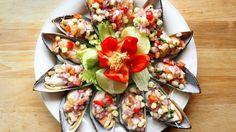 Este plato de mejillones, o chorros, es famoso de la gastronomía peruana, y también uno de los más típicos del Callao, puerto marítimo de la costa central del Perú. Su preparación es muy simple y el resultado es simplemente delicioso. ¡Espero que te guste!