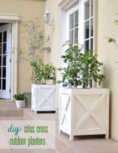 tutorial: DIY criss cross planter boxes {Centsational Girl with modified plans from Ana White} Outdoor Planters, Garden Planters, Outdoor Gardens, Wood Planters, Diy Wood Planter Box, Square Planter Boxes, Big Planters, White Planters, Planters For Front Porch