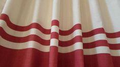Cortina em fio de algodão pré-encolhido com alça embutida. Mede 1,80m de altura e é recomendada para varão de 1,50m a 2,00m. Peça única. Por R$98,00 em nossa loja virtual.