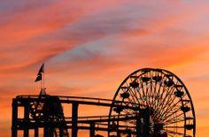 Las siluetas resaltan frente a los colores que el atardecer pinta en el cielo. Bellezas que se aprecian en las californianas costas de #SantaMonica. http://www.bestday.com.mx/Los-Angeles-area-California/Atracciones/
